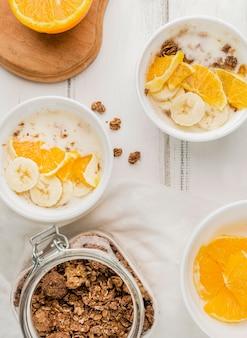 Bovenaanzicht assortiment ontbijtkommen klaar om te worden geserveerd