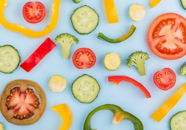 Bovenaanzicht assortiment van biologische groenten op tafel