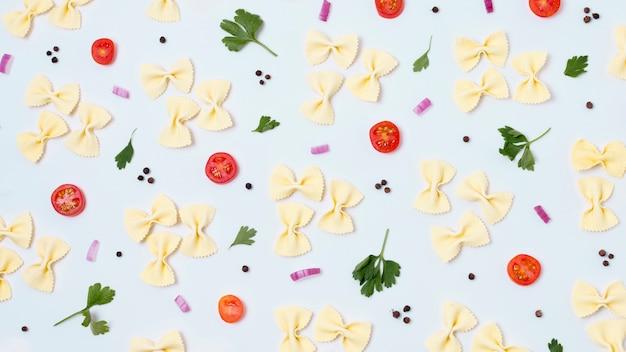 Bovenaanzicht assortiment van biologische pasta en groenten