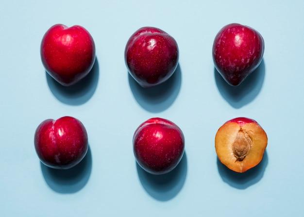 Bovenaanzicht assortiment van biologische perziken