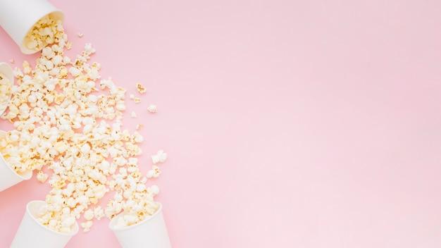 Bovenaanzicht assortiment van gezouten popcorn met kopie ruimte