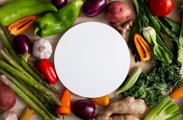 Bovenaanzicht assortiment van groenten met blanco