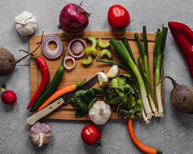 Bovenaanzicht assortiment van groenten op een houten bord