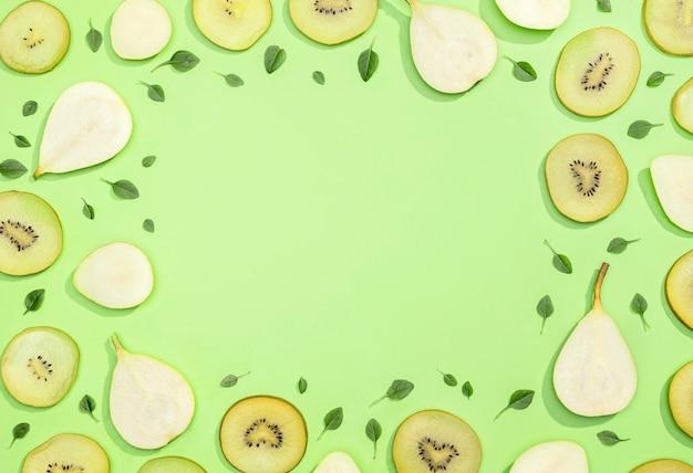 Bovenaanzicht assortiment van kiwi en peren met kopie ruimte