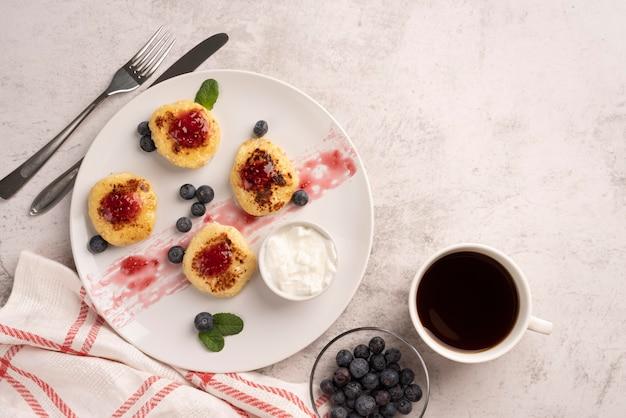 Bovenaanzicht assortiment van lekkernijen voor het ontbijt