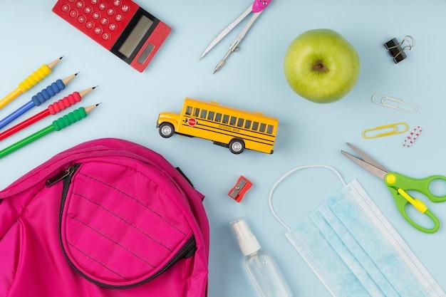 Bovenaanzicht assortiment van onderwijsdagelementen
