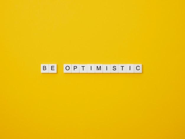 Bovenaanzicht assortiment van optimisme conceptelementen