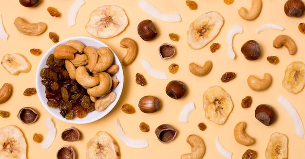 Bovenaanzicht assortiment van rozijnen en cashewnoten