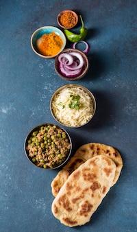 Bovenaanzicht assortiment van verschillende pakistaanse voedingsmiddelen