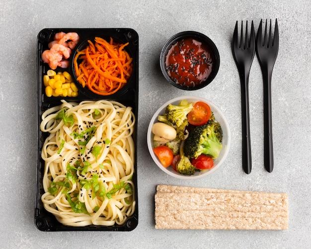 Bovenaanzicht assortiment van verschillende soorten voedsel op tafel