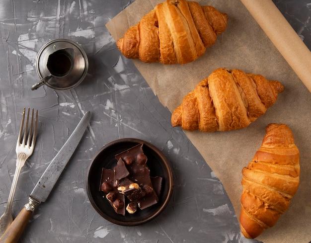 Bovenaanzicht assortiment zoete croissants