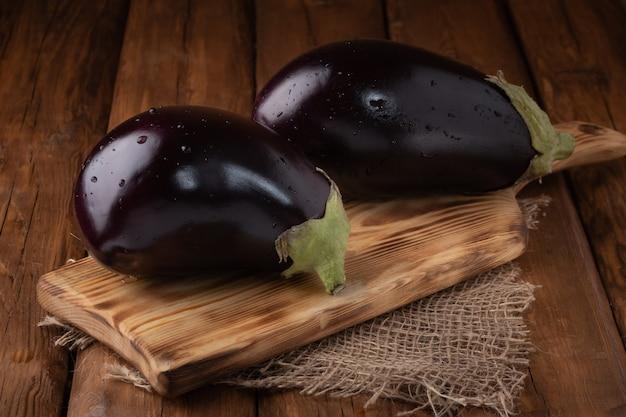 Bovenaanzicht aubergine op een houten bord