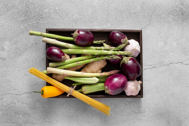 Bovenaanzicht aubergines, asperges en rauwe spaghetti