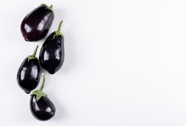 Bovenaanzicht aubergines. horizontale vrije ruimte voor uw tekst
