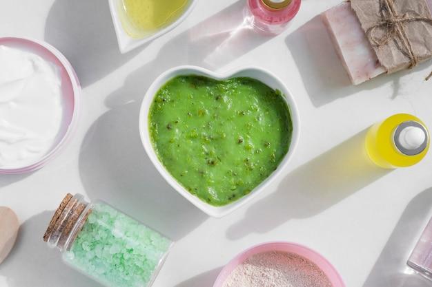 Bovenaanzicht avocado-crème en beauty-objecten