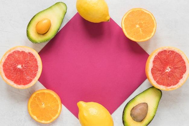 Bovenaanzicht avocado en verse citroen op tafel