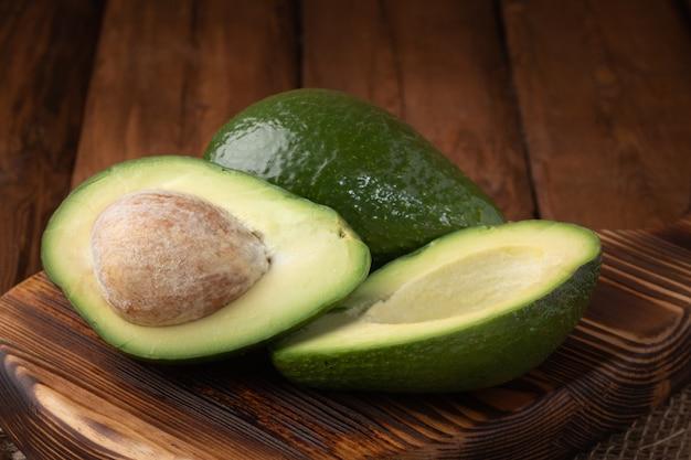 Bovenaanzicht avocado op een houten bord