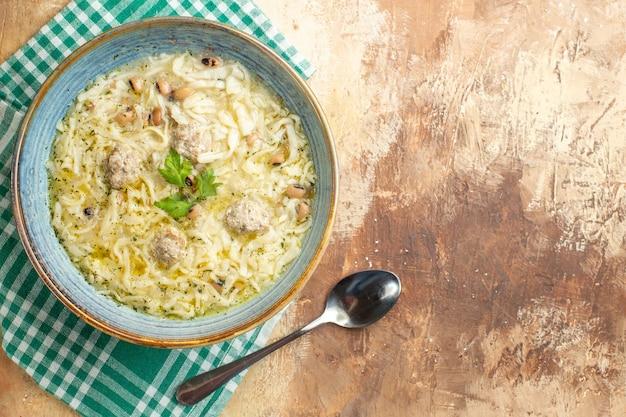 Bovenaanzicht azerbeidzjaanse erishte in kom op keukenhanddoek op beige achtergrond