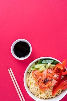 Bovenaanzicht aziatisch eten en sojasaus