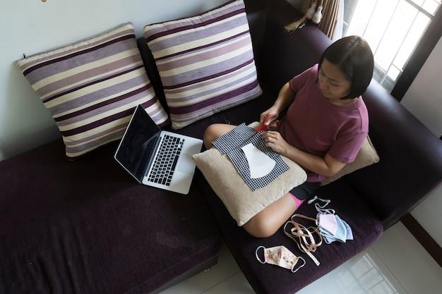 Bovenaanzicht aziatische vrouwen maken thuis een masker, voorkom covid-19 coronavirusziekte