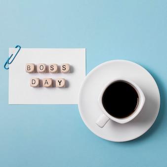 Bovenaanzicht baas dag arrangement op blauwe achtergrond