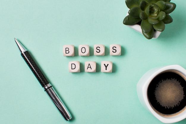 Bovenaanzicht baas dag arrangement op lichtblauwe achtergrond