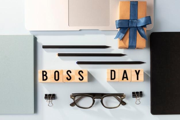 Bovenaanzicht baas dag laptop en cadeau