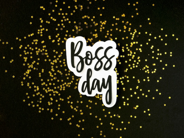 Bovenaanzicht baas dag sticker op bureau