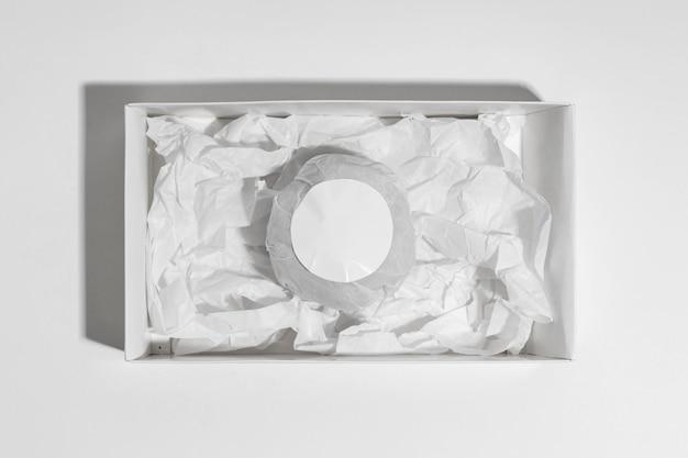 Bovenaanzicht bad bom in doos op witte achtergrond