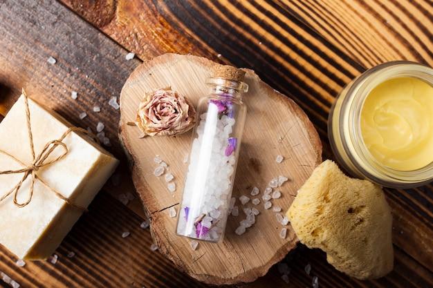 Bovenaanzicht badconcept met vaste zeep en zouten