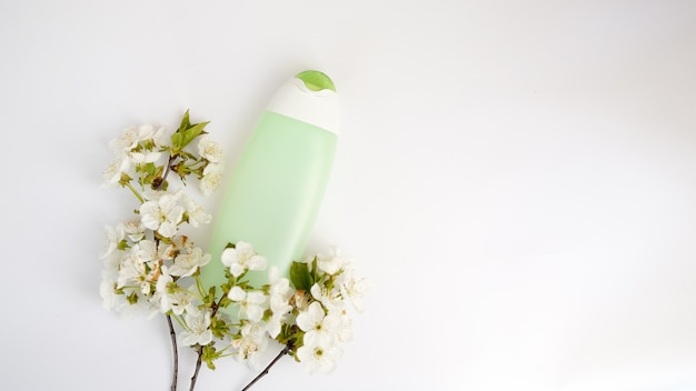 Bovenaanzicht badkamerbenodigdheden en spa cosmetica