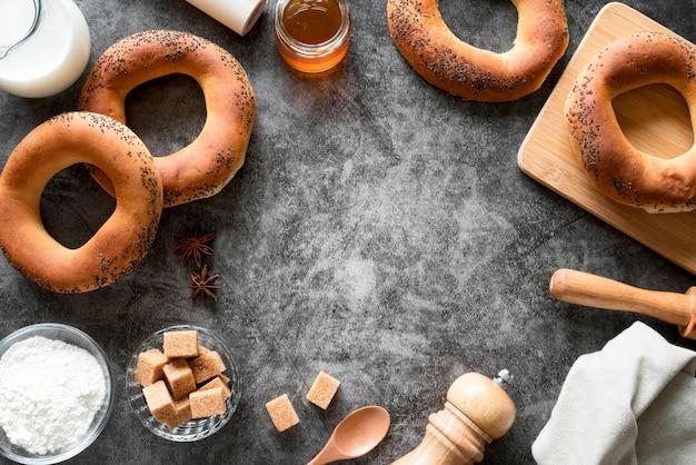 Bovenaanzicht bagels met bruine suikerklontjes