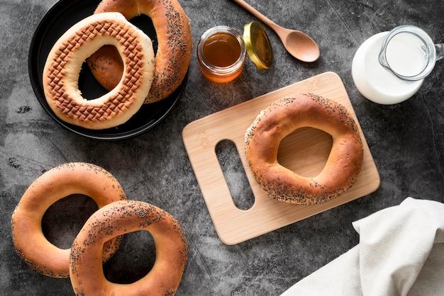 Bovenaanzicht bagels met honing en melk