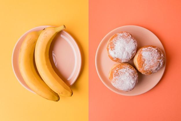 Bovenaanzicht bananen en donuts