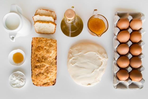 Bovenaanzicht bananenbrood en brooddeeg