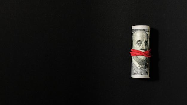 Bovenaanzicht bankbiljetten met rubberen band kopie ruimte