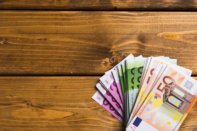 Bovenaanzicht bankbiljetten op houten tafel