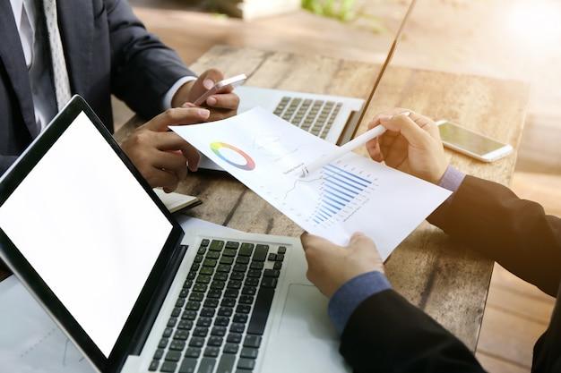 Bovenaanzicht bankier zakenman mensen groep werken met laptop