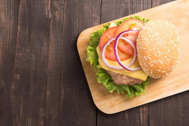Bovenaanzicht bbq-hamburgers op snijplank op houten tafel.