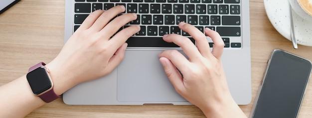 Bovenaanzicht bedrijfsanalyse en strategieconcept zakenman analyseren en laptopcomputer
