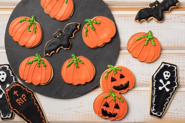 Bovenaanzicht behandelt met halloween thema op tafel
