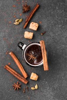 Bovenaanzicht beker met warme chocolademelk en kaneel