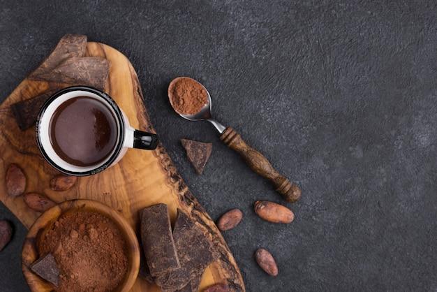 Bovenaanzicht beker met warme chocolademelk en kopie-ruimte