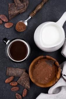 Bovenaanzicht beker met warme chocolademelk met melk