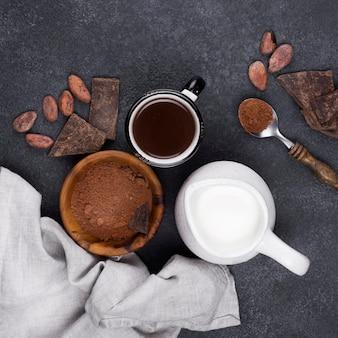 Bovenaanzicht beker met warme chocolademelk op tafel