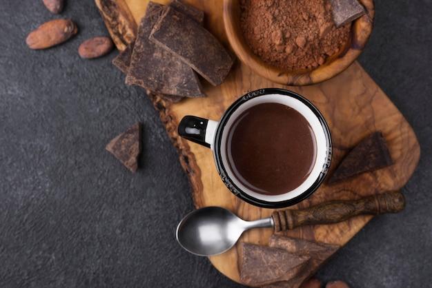 Bovenaanzicht beker met warme chocolademelk