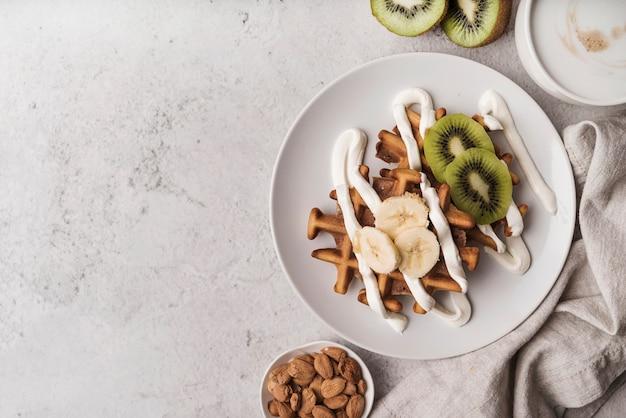 Bovenaanzicht belgische wafel met fruit