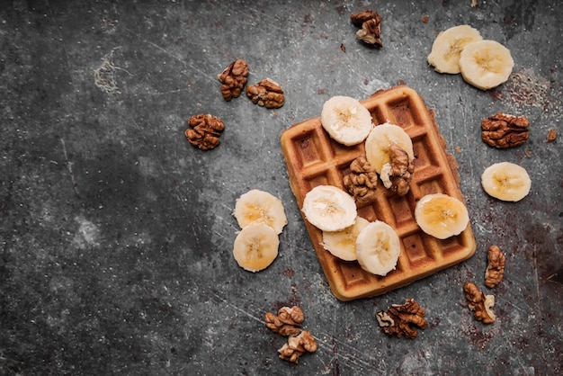 Bovenaanzicht belgische wafels met banaan