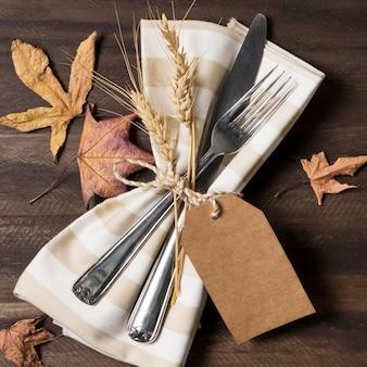 Bovenaanzicht bestek met herfstbladeren