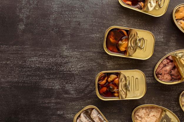 Bovenaanzicht bewaarde voedselblikken met kopie-ruimte